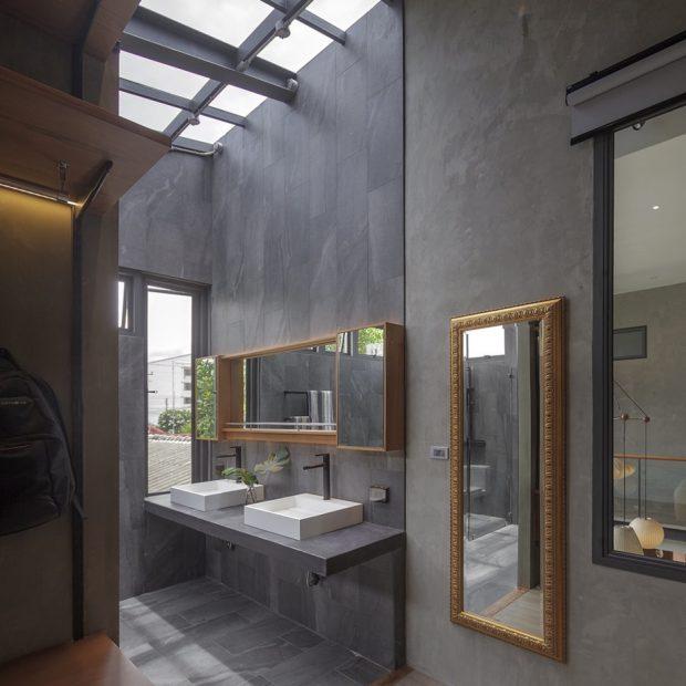 ห้องน้ำปูนเปลือยมี skylight