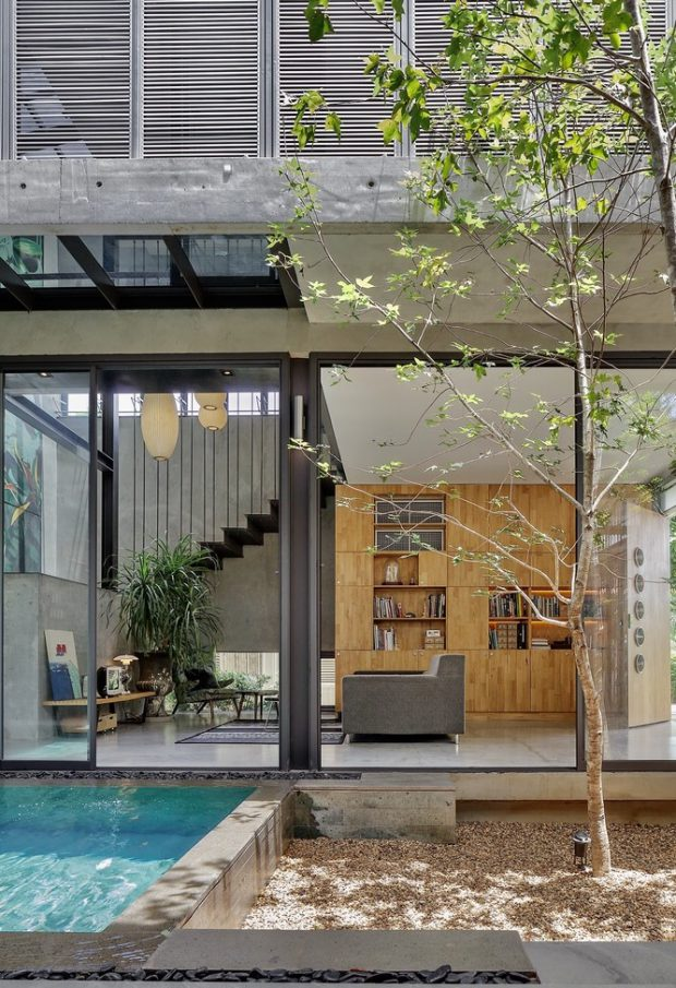 ผนังบ้านโปร่ง ๆ เชื่อมต่อสระว่ายน้ำ