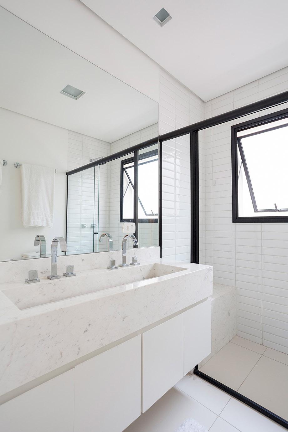 กระเบื้องห้องน้ำสีขาว