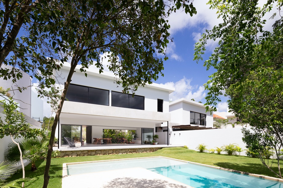 บ้านโมเดิร์นสีขาวมีสระว่ายน้ำ