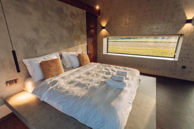 ห้องนอนปูนเปลือยช่องหน้าต่างแนวนอน