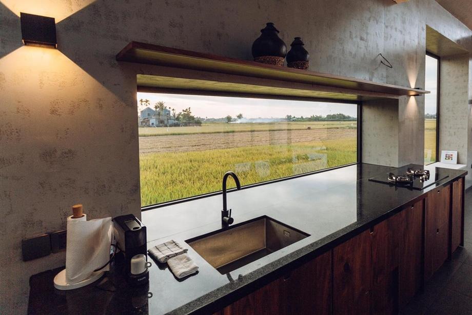 ช่องแสงเหนือเคาน์เตอร์ล้างจาน