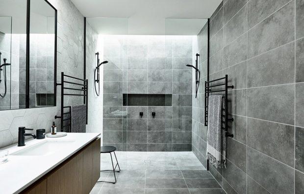 ห้องน้ำกรุพื้นและผนังโทนสีเทา