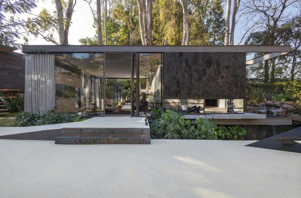 บ้านโมเดิร์นผนังคอนกรีตและกระจก