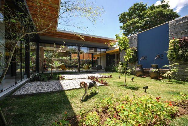 บ้านผนังกระจกล้อมสวน