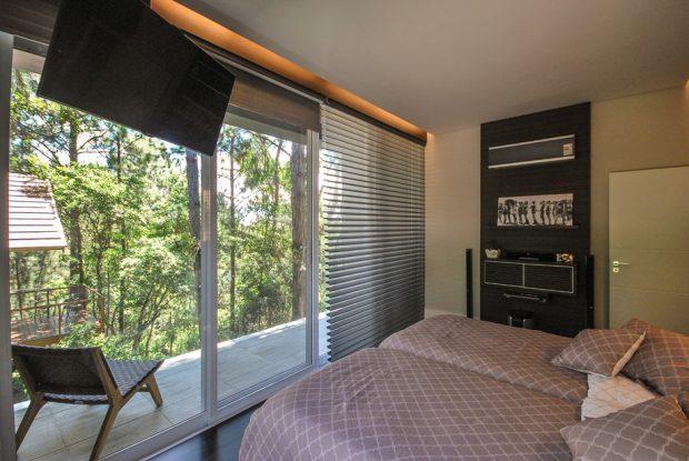 ห้องนอนผนังกระจกติดม่านมู่ลี่