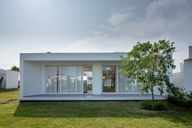 บ้านโมเดิร์นสีขาวผนังกระจก