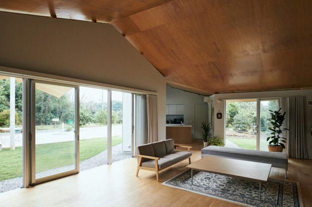 ห้องนั่งเล่นกรุเพดานด้วยไม้