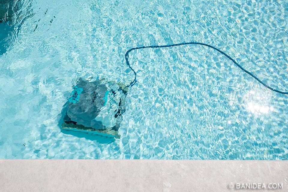 หุ่นยนต์ ทำความสะอาดสระว่ายน้ำ