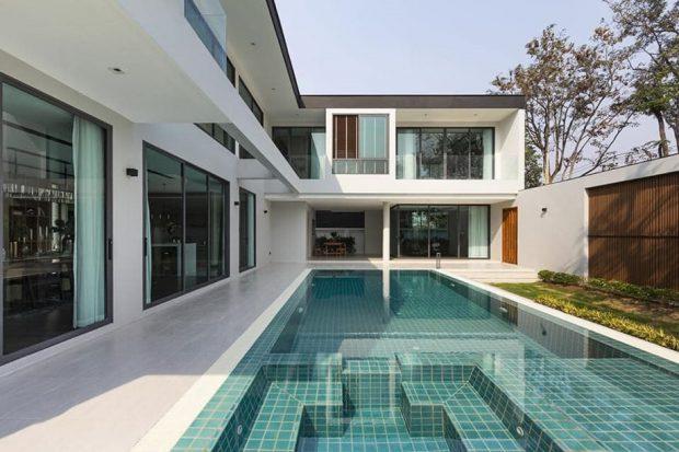 สระว่ายน้ำขนานไปกับตัวบ้าน