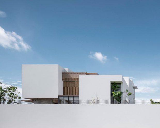 บ้านโมเดิร์นทรงกล่องสีขาวตกแต่งไม้ระแนง