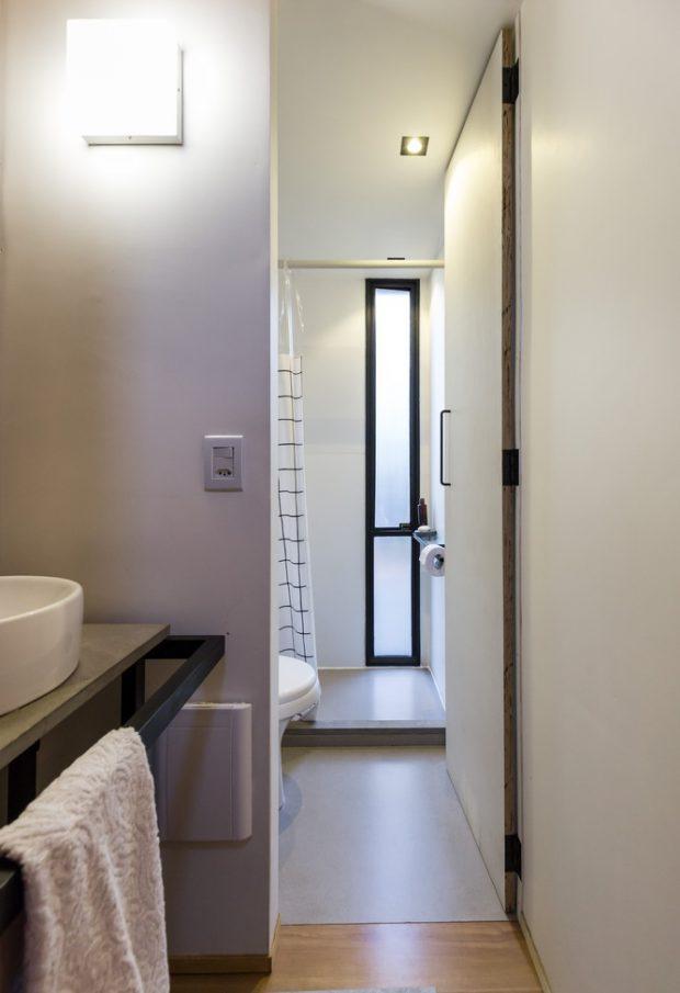 ห้องน้ำใส่ช่องแสงแนวตั้ง