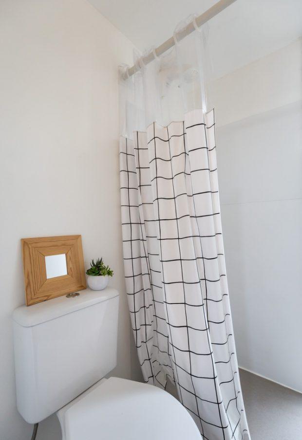 ห้องน้ำสีขาวตัดลายเส้นสีดำ