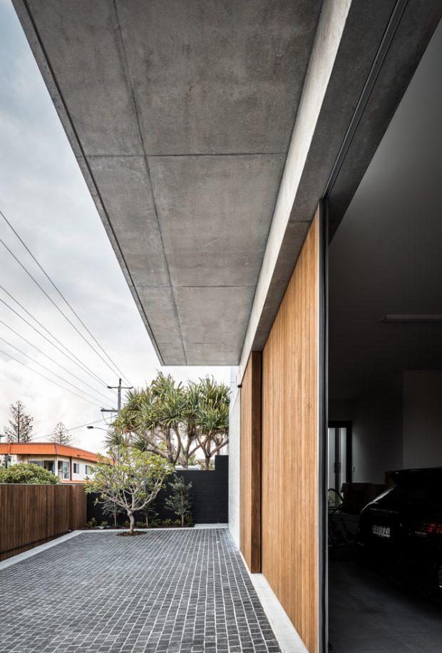 บ้านคอนกรีตประตูไม้