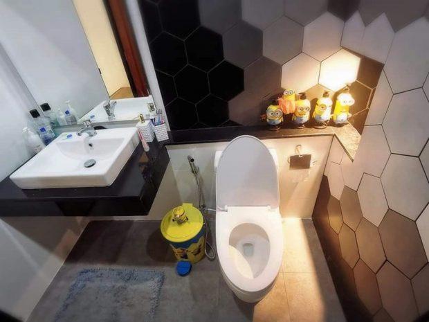 ผนังห้องน้ำตกแต่งกระเบื้องหกเหลี่ยม