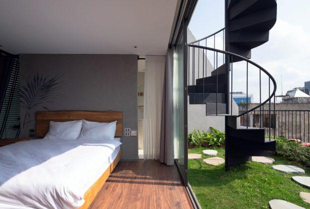 ห้องนอนเปิดผนังกว้างเชื่อมต่อสนามหญ้า