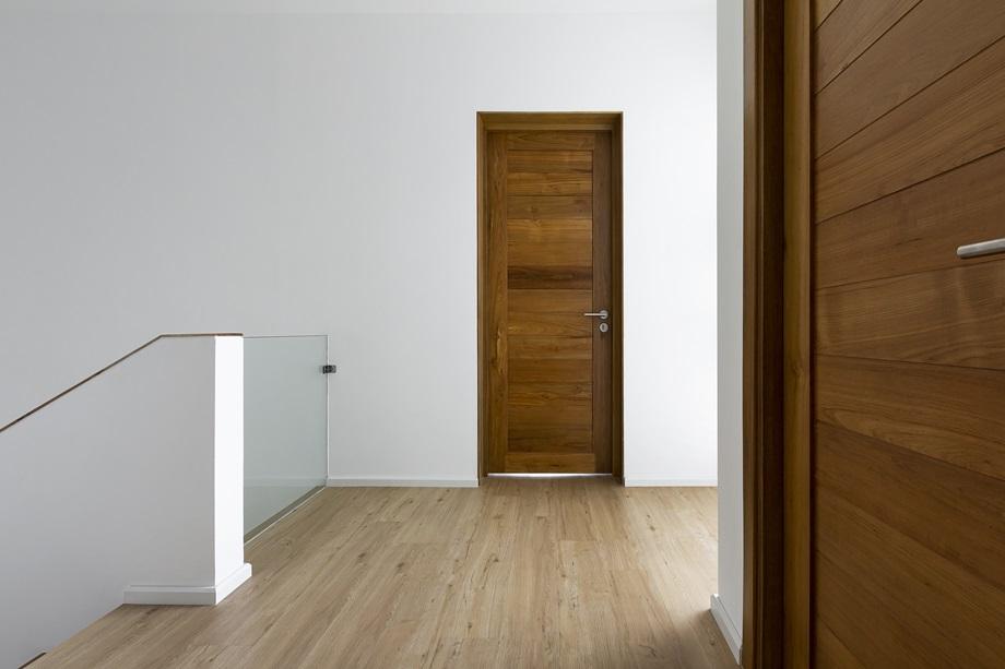 ประตูและพื้นไม้โทนสีอ่อน ๆ
