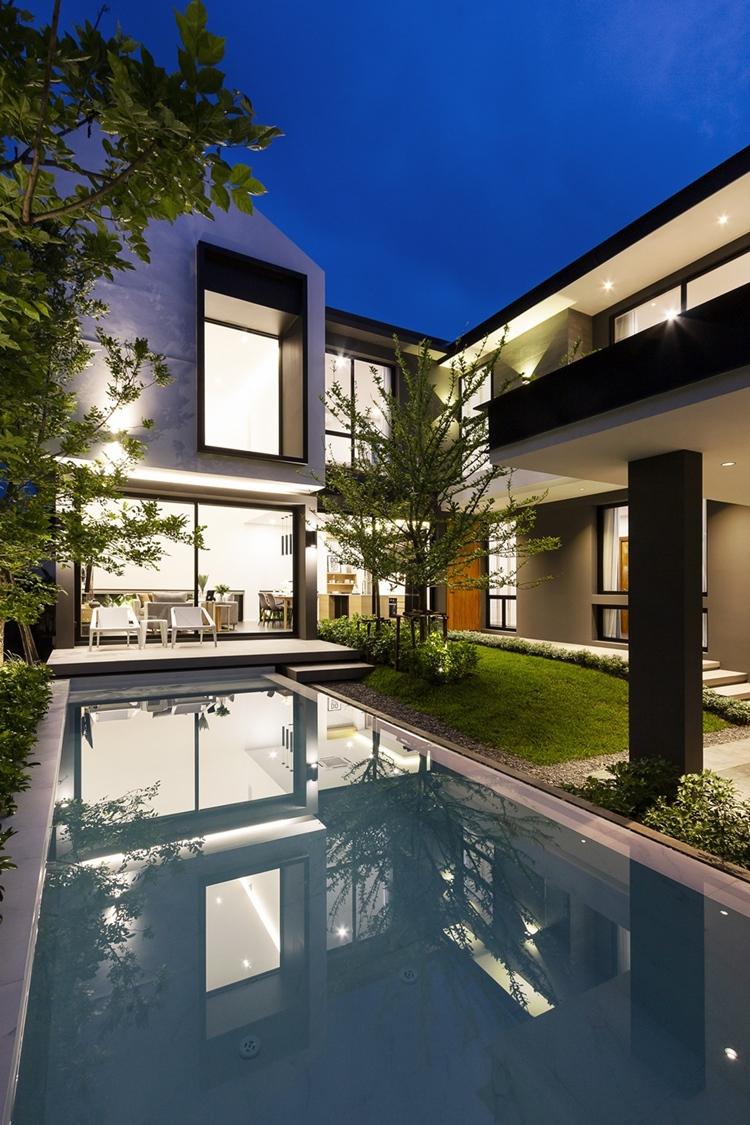สระว่ายน้ำหน้าบ้าน