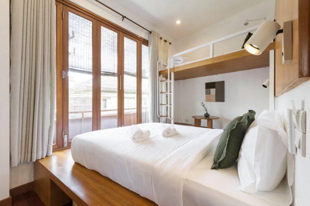 ห้องนอนสีขาวตกแต่งงานไม้