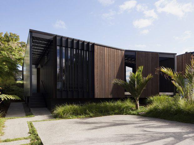 บ้านฟาซาดไม้และเหล็กสีน้ำตาลดำ