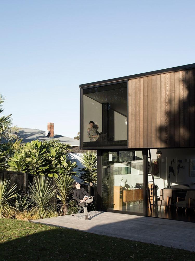 บ้านสองชั้นผนังกระจกและไม้