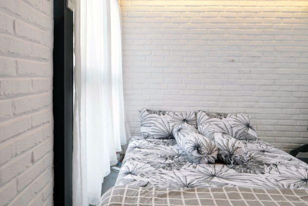 ห้องนอนตกแต่งผนังอิฐสีขาว