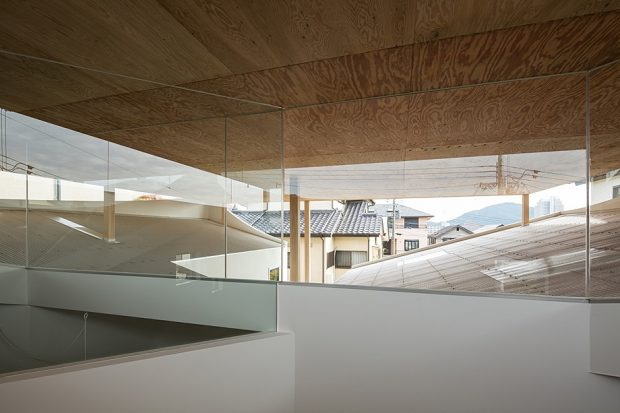 ช่องแสงเหนือเพดานรอบ ๆ บ้าน