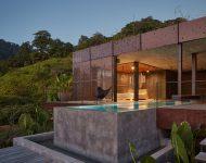 บ้านเปิดผนังโล่งมีสระว่ายน้ำ
