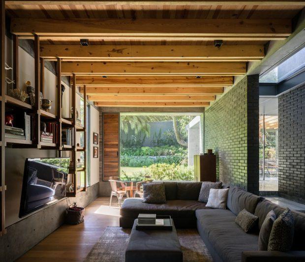 ห้องนั่งเล่นโชว์โครงหลังคาไม้