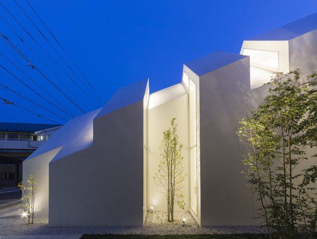 อาคารสีขาวตกแต่งไฟสวยๆ ยามค่ำ