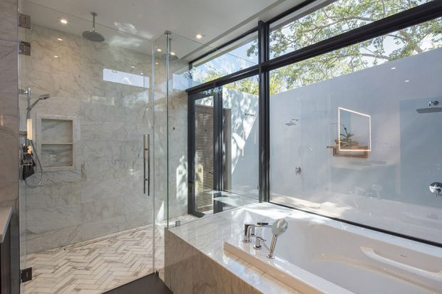 ห้องน้ำผนังกระจก