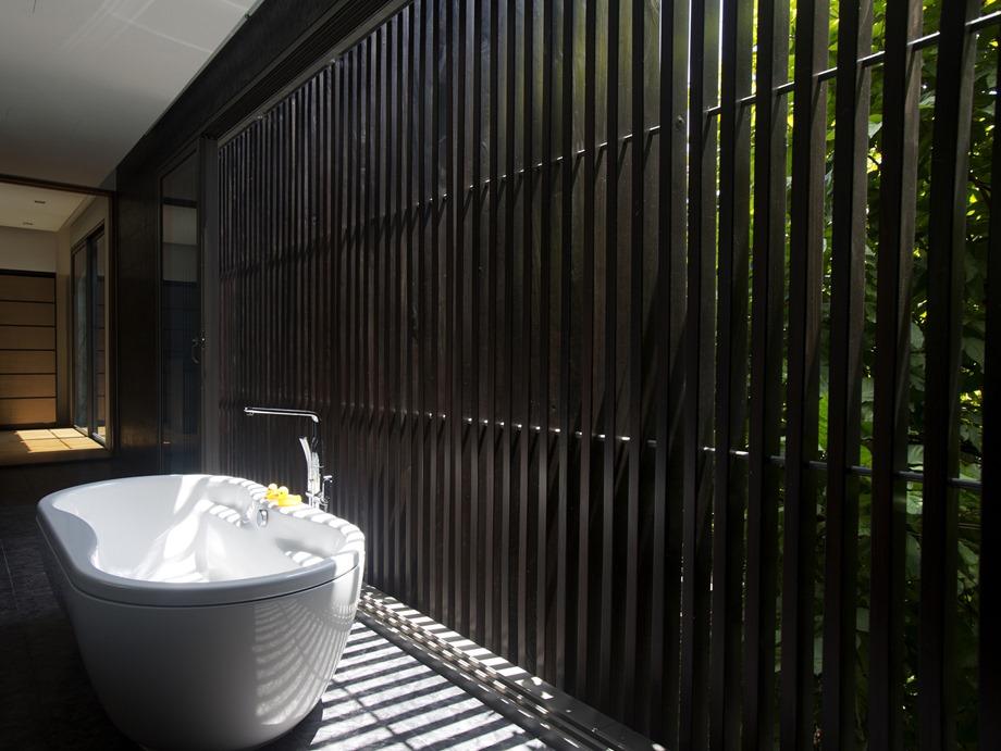 ห้องอาบน้ำผนังระแนงเหล็กสีดำ