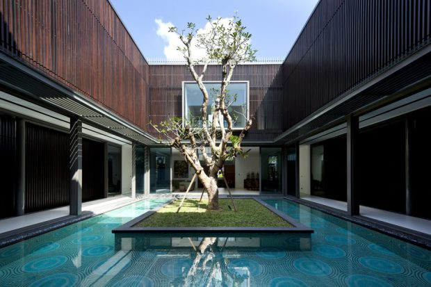 สระน้ำและสวนเปิดสู่ท้องฟ้าใจกลางบ้าน