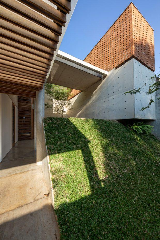 เนินสูงปลูกหญ้าหน้าบ้าน