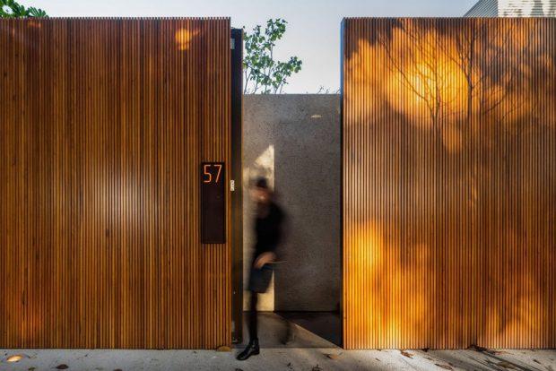 กำแพงบ้านทำจากไม้