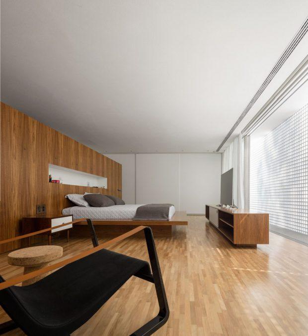 ห้องนอนตกแต่งไม้ ฟาซาดสีขาว