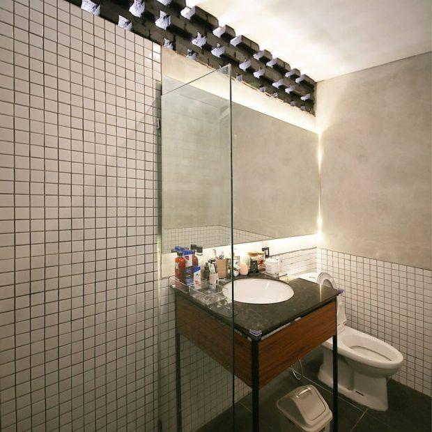 ห้องน้ำโทนขาวดำโชว์อิฐเก่า