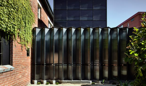 ประตูบานเฟี้ยมโปร่งแสงสีดำ