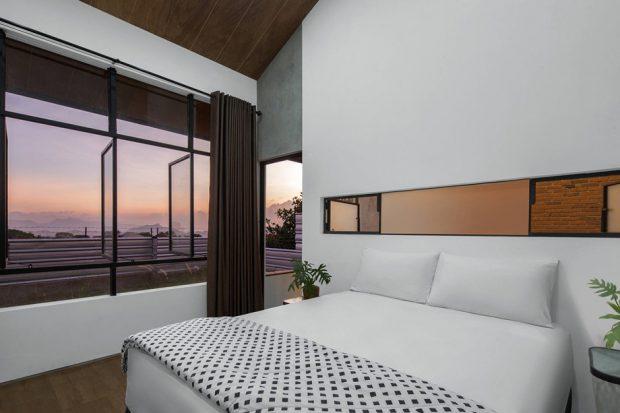 ห้องนอนผนังกระจกวิวสวย