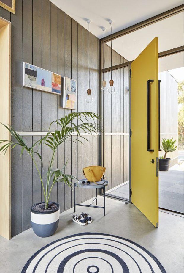 ประตูบานหมุนสีเหลือง