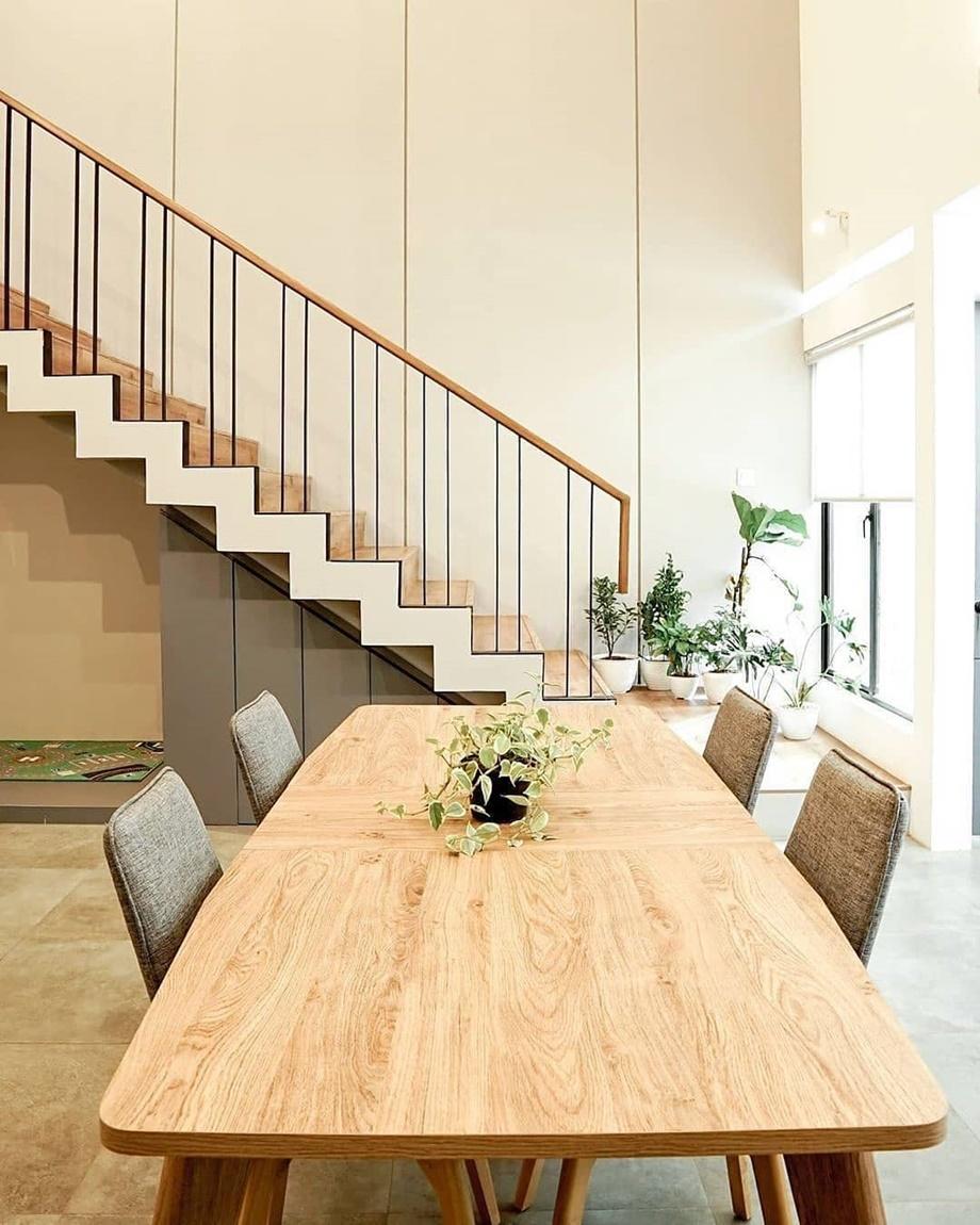 โต๊ะทานข้าวไม้สีอ่อน ๆ