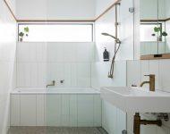 ห้องน้ำสีขาวช่องแสงแนวนอน