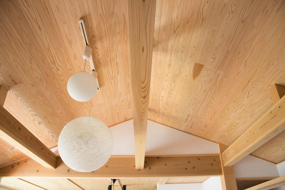 เพดานกรุไม้ตามแนวหลังคา