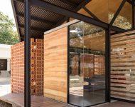 บ้านโครงสร้างเหล็ก ผนังกระจก ติดบานระแนงไม้