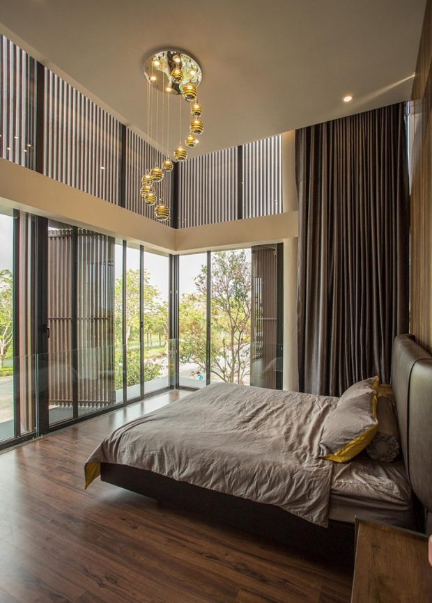 ห้องนอนเพดานสูงผนังกระจก