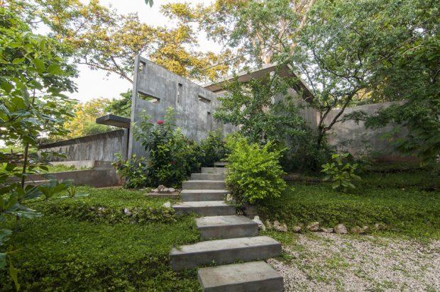 ทางเดินคอนกรีตในสวนก่อนเข้าตัวบ้าน