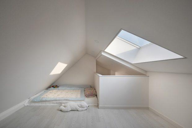 ห้องนอนใต้หลังคามี skylight