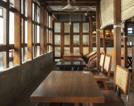 โต๊ะทานอาหารทำจากไม้