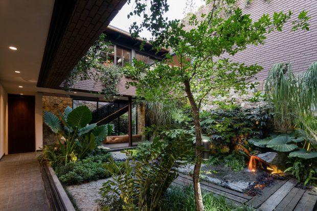 บ้านมี courtyard จัดสวนทรอปิคอล