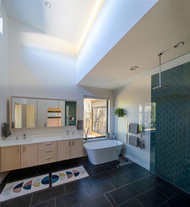 ห้องน้ำใหญ่ๆ มีอ่างอาบน้ำติดหน้าต่าง